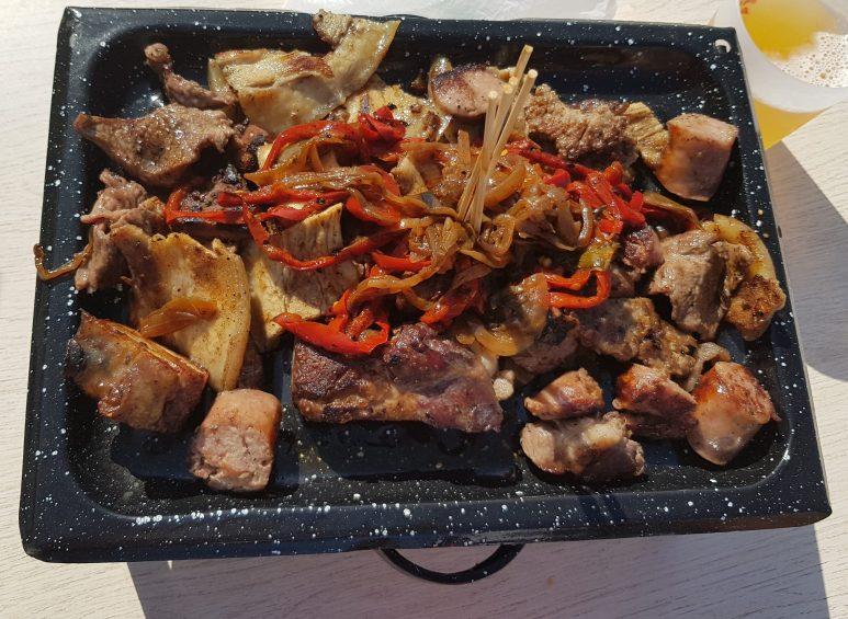 Comida callejera Parilla Argentina, presenta su parillada de carne a la brasa
