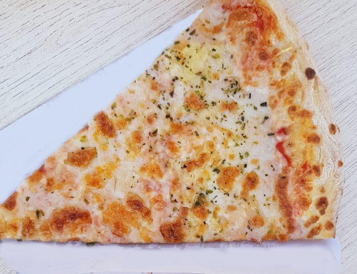 Pizza casera, cocinada en horno de piedra