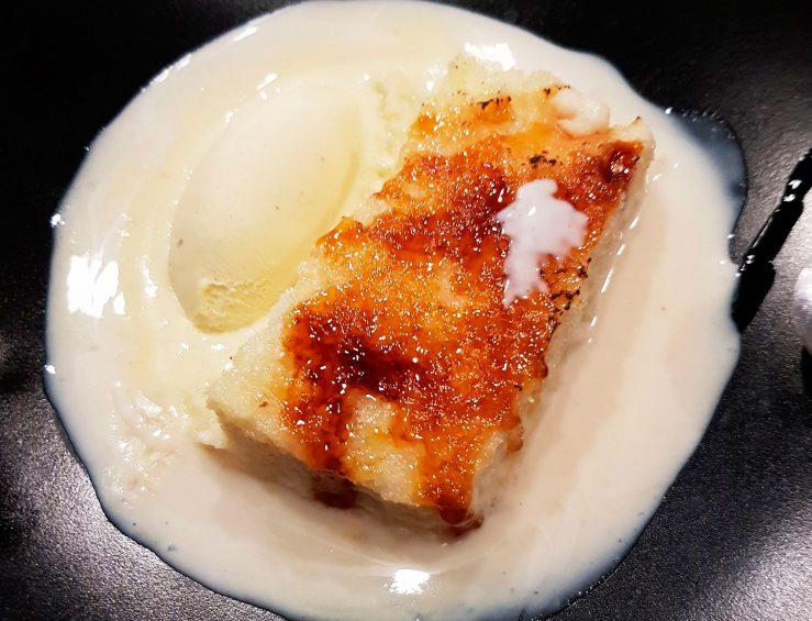 Postre, torrija con crema de arroz con leche y helado de vainilla.