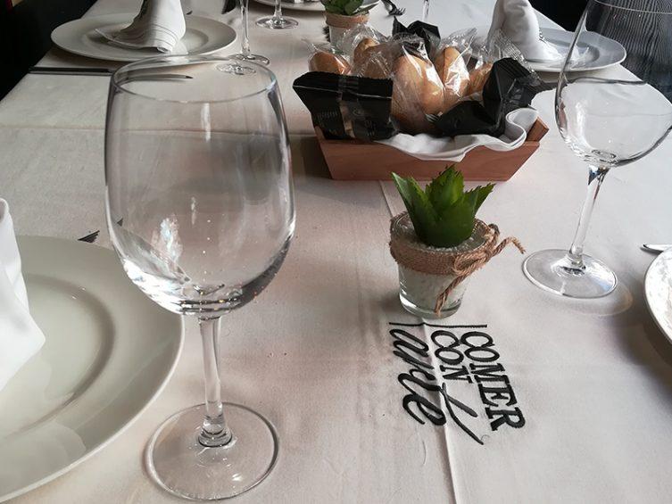 Preparación de la mesa. Restaurante Comer con Arte, Sevilla.