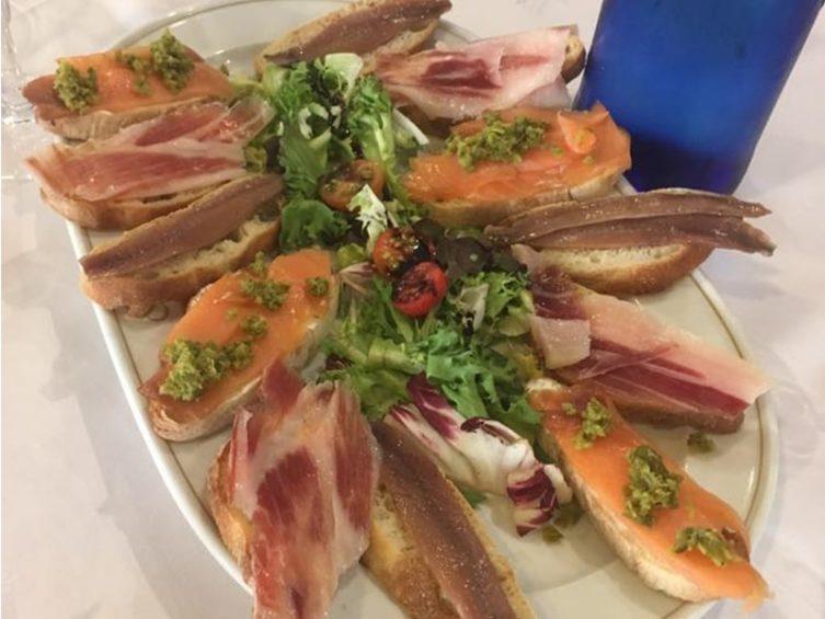 Tostadas de pan crujiente variadas en Comer con Arte
