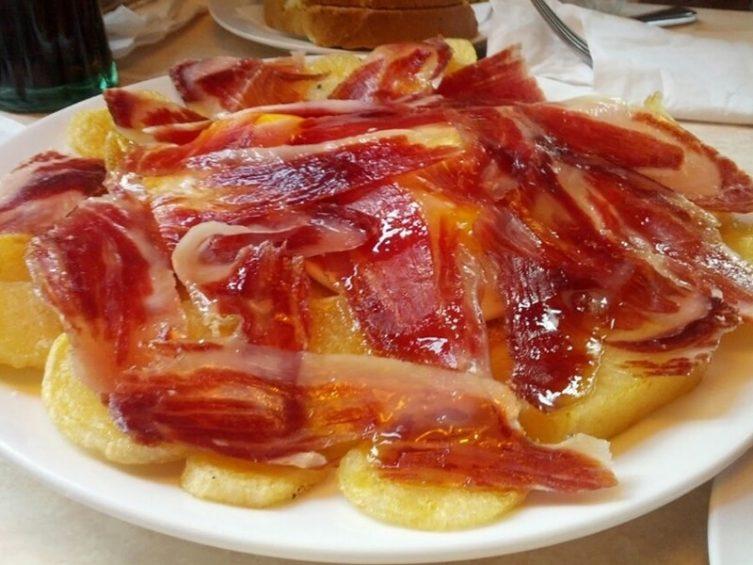 Entrante Comer con Arte: Delicioso Jamón Ibérico con base de patatas cortadas al estilo pobre.