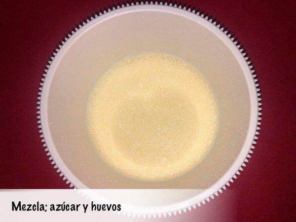 Mezcla con el azúcar y los huevos