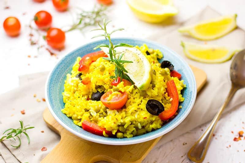 Paella de arroz, comida mediterránea