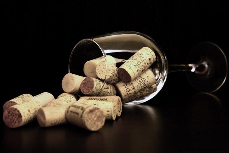 Copa de vino con tapones de botella
