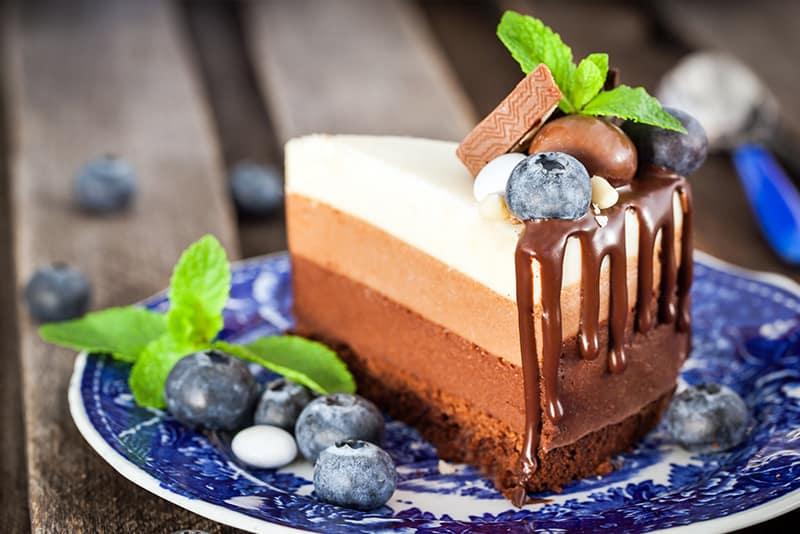 Trozo de tarta de tres chocolates
