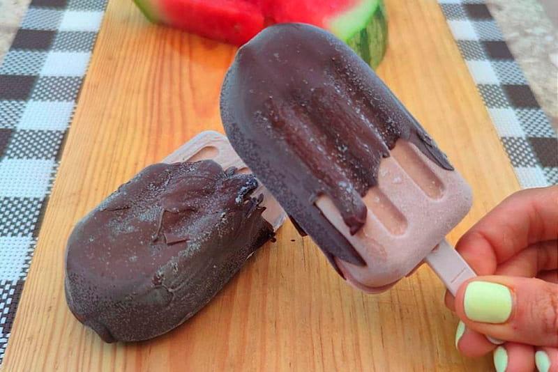 Helado de chocolate sin azúcar hecho con yogurt