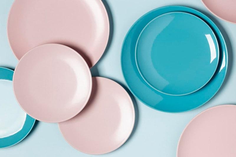 Vajilla de colores para decorar mesa